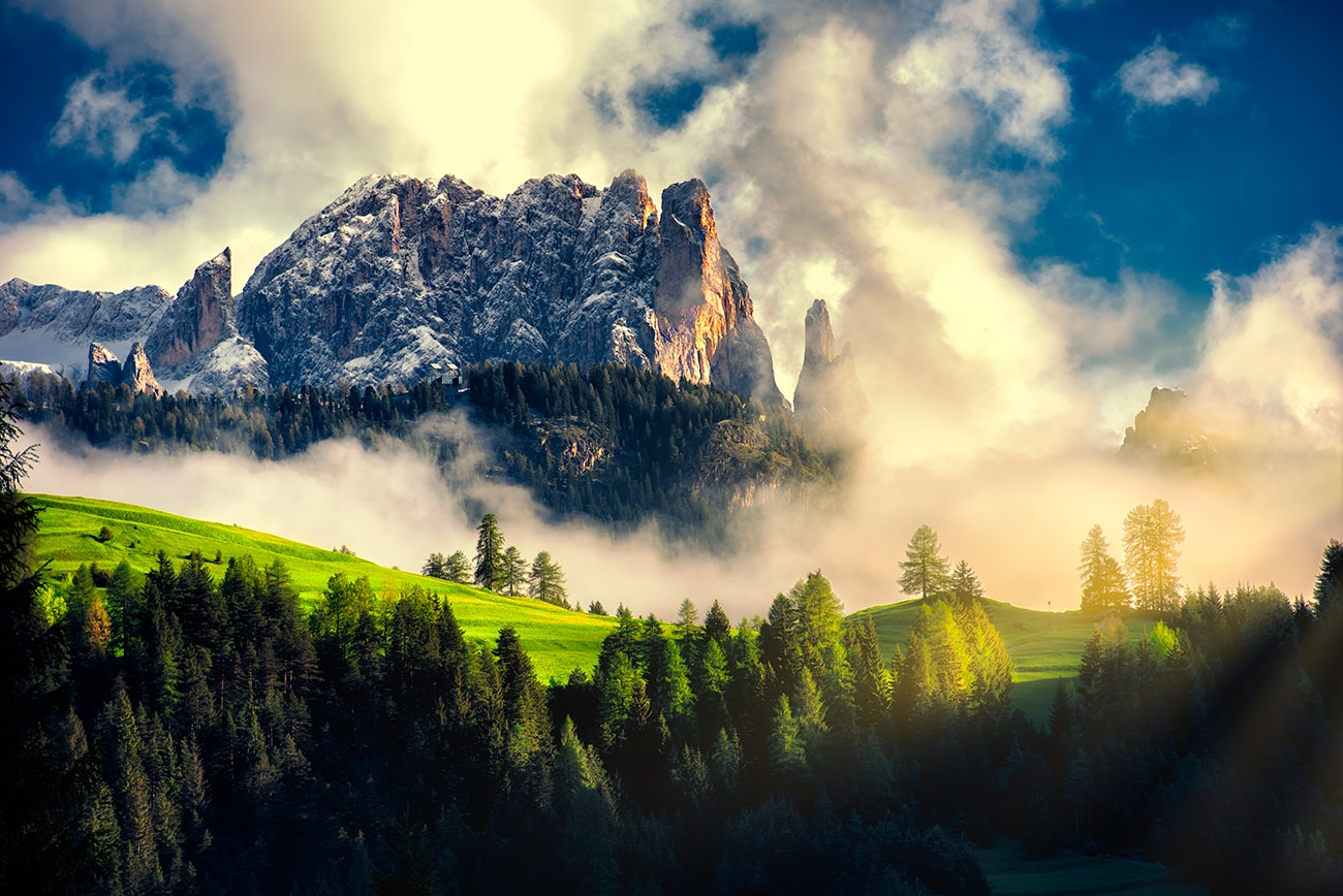 The Alpe di Siusi, the largest high-altitude plateau of Europe, extends in the heart of the South Tyrolean Dolomites. In summer it offers numerous hiking opportunities, while in winter the Alpe di Siusi transforms into a large skiing area