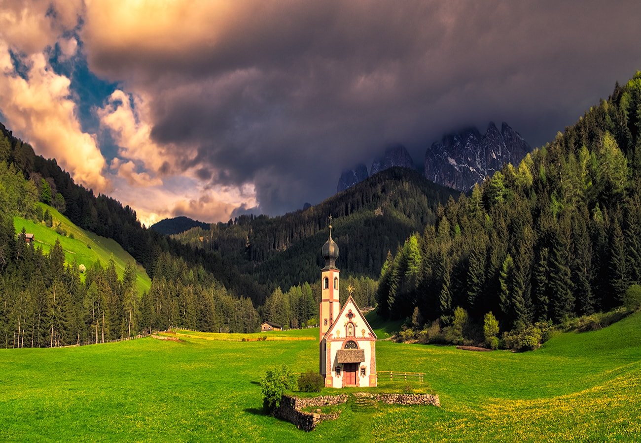 The Church of St. Johann in Ranui belongs to the Ranuihof farmstead and can be found in the Ranui meadows alongside the farm. It stands out in the imposing mountain landscape, and it is hard for hikers not to be impressed by the small Baroque church with its onion dome.